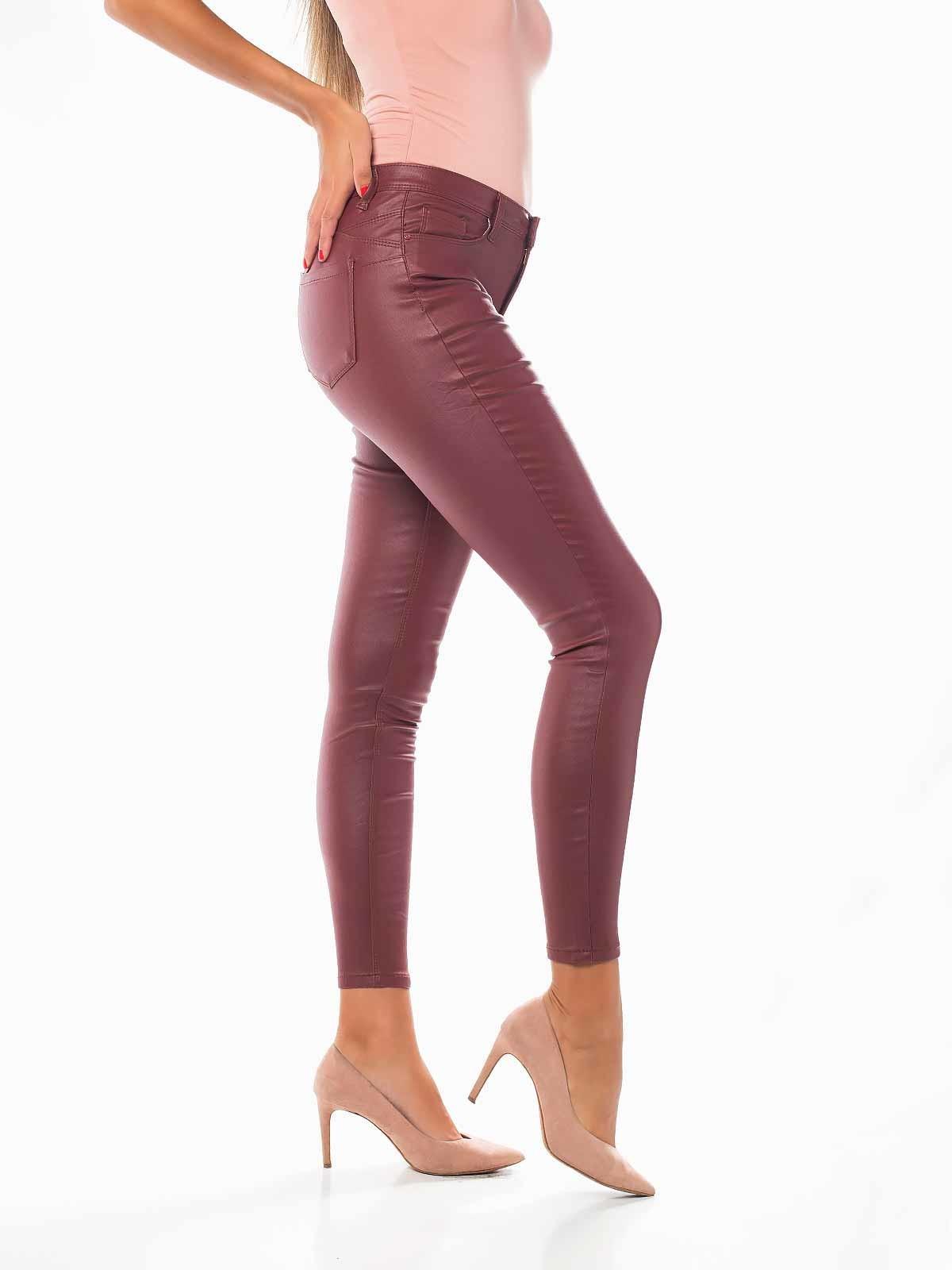 Pantalón push up piel sintética burdeos