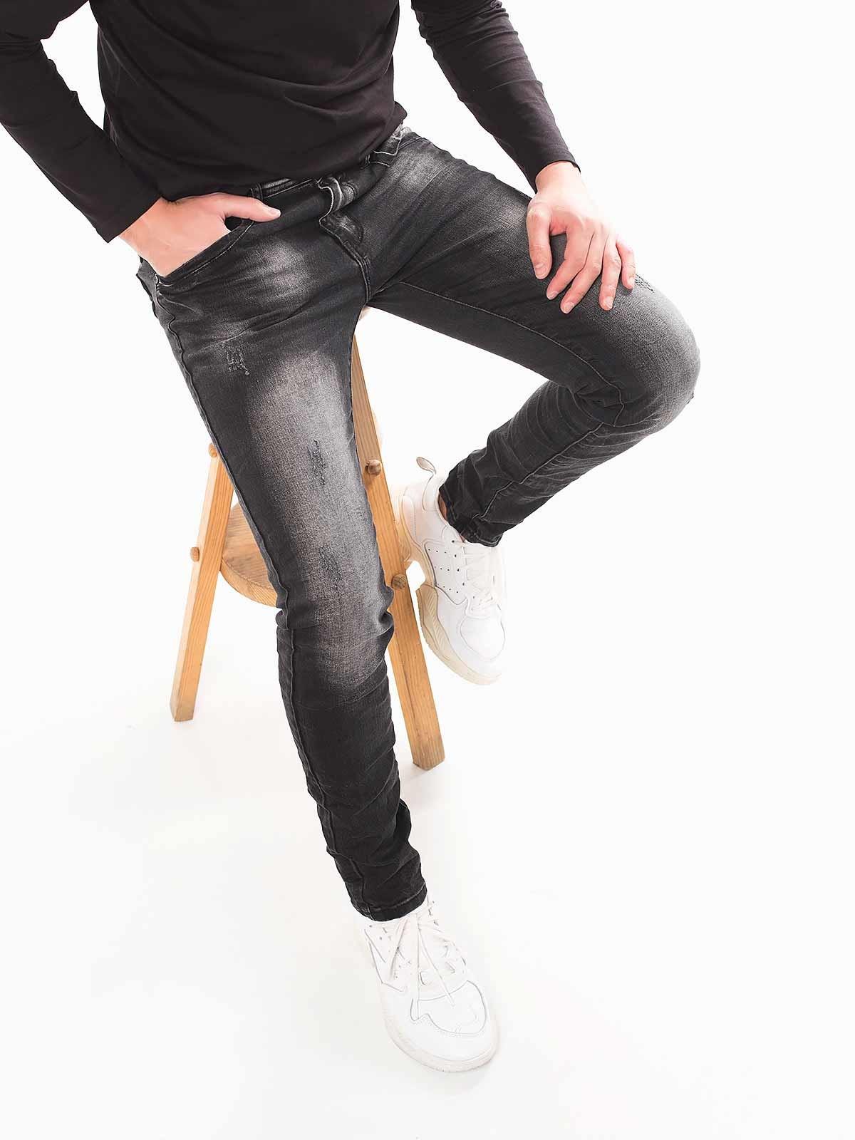 Calças pretas manchadas com rotos